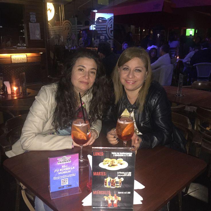 Felices por nuestra salida de día sábado#feliz #tragos #bar #bartender #musica #aperolspritz #cheers #mojitos #amigas #comida #gente #baile #sabadonoche #sabado