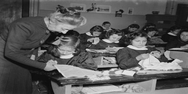 """Dalla """"maestrina dalla penna rossa"""" alle insegnanti dei nostri giorni. Centocinquant'anni di storia di un personaggio entrato nella quotidianità e, insieme, nell'immaginario collettivo: la maestra elementare.  Un  ..."""