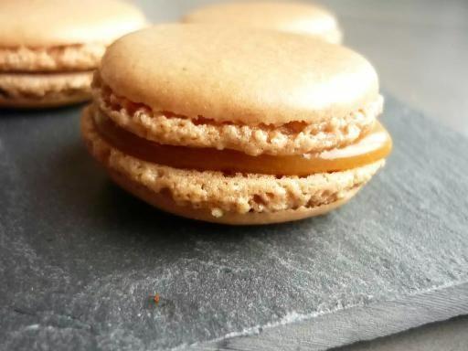 Macarons faciles au caramel au beurre salé - Recette de cuisine Marmiton : une recette
