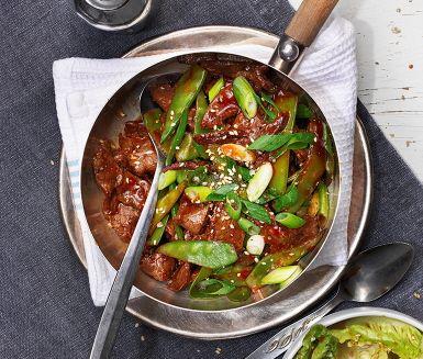 Strimlad lövbiff snabbt i en het panna tillsammans med salladslök och sockerärtor – inte helt olikt en wok! Lövbiffen och grönsakerna rörs sedan ihop med en blandning av ingefära, sweet chili och japansk soja. Serveras med en härlig sallad med asiatisk dressing av lime, soja och rostade sesamfrön.