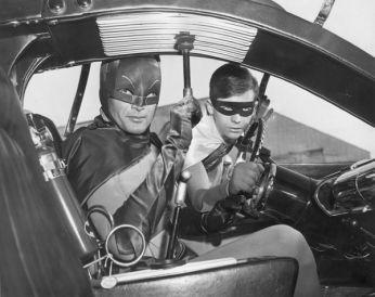 Adam West (Batman) e Burt Ward (Robin) dentro do Batmóvel em cena da clássica série de TV dos anos 60.