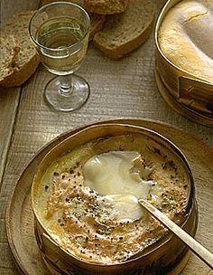 Recette Mont-d'or au four : Allumez le four thermostat 6 à 180°. Ôtez le couvercle de la boite. Piquez la surface du fromage avec les gousses d'ail en lame...