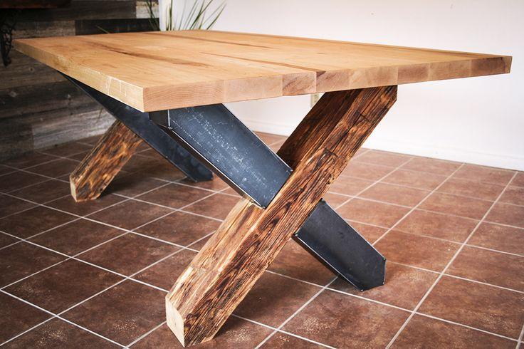 Table érable, métal et poutres de grange