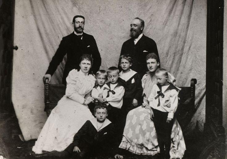 Grão-duque Constantino Constantinovich, Grã-duquesa Elisabeth Mavrikievna, Prince John Constantinovich, Príncipe Gabriel Constantinovich, Príncipe Georg de Schaumburg-Lippe, Princesa Marie Anne de Schaumburg-Lippe, Prince Adolf II de Schaumburg-Lippe, Prince Moritz de Schaumburg-Lippe e Príncipe Wolrad de Schaumburg-Lippe. Grã-duquesa Elisabeth está sentado à esquerda com o marido Grão-duque Constantino pé atrás dela. Princesa Marie Anne está sentado à direita com seu marido, o Príncipe…