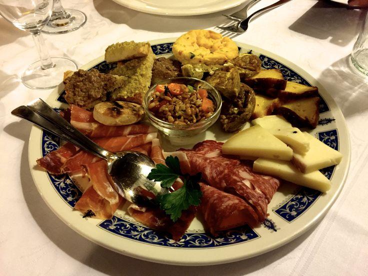 """Restaurant La Cantina in Castiglione del Lago. """"Antipasto misto"""" met pecorino kaas, bruschette, parma ham en... buon appetito!"""