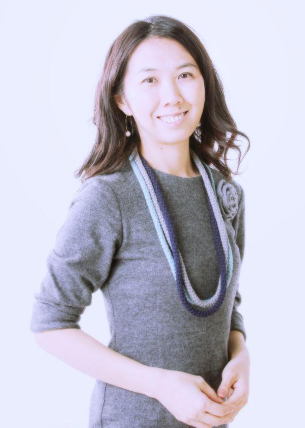 ゲスト◇大島花子(歌手)ミュージカル「大草原の小さな家」で初舞台。役ではなく自分の言葉で表現したいと歌手を志し作詞作曲を開始。2003年父・坂本九の「見上げてごらん夜の星を」でメジャーデビュー。2010年からはショーロクラブの笹子重治氏(ギター)とのデュオを中心にライブ活動を定期的に行っている。協力NGOジョイセフの妊産婦支援をはじめ、被災者支援活動東北でのライブ、老人ホームや障害者施設、ホスピタルコンサートなどで歌を通じたふれあいも積極的に行っている。12月にファーストアルバム「柿の木坂」を発売。公式サイトhttp://www.hanakooshima.com/da_dao_hua_ziofisharusaito/top.html