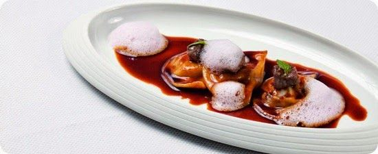 Ravioli di cervo della Nuova Zelanda  Ingredienti: per 4 persone      Ricetta base per la pasta:          500g farina di frumento         13 tuorli d'uovo         4 cucchiai d' olio di oliva         100ml d' acqua         sale      Ripieno dei ravioli:          300 g di macinato di cervo della Nuova Zelanda         1 cipolla         1 spicchio d'aglio         2 cucchiai di olio d'oliva         ½ cucchiaino di pepe nero         ½ cucchiaino di origano secco,