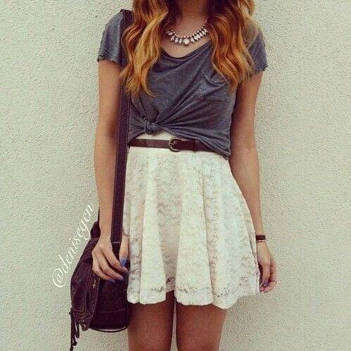 Outfit, pollera encaje, remera algodón lisa, botas