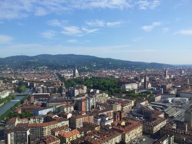 """volare sulla città a bordo del pallone aerostatico frenato Turin Eye per godere dello spettacolare panorama e da lassù esclamare: """"ma quanto è bella Torino""""!  http://www.turineye.com/it"""