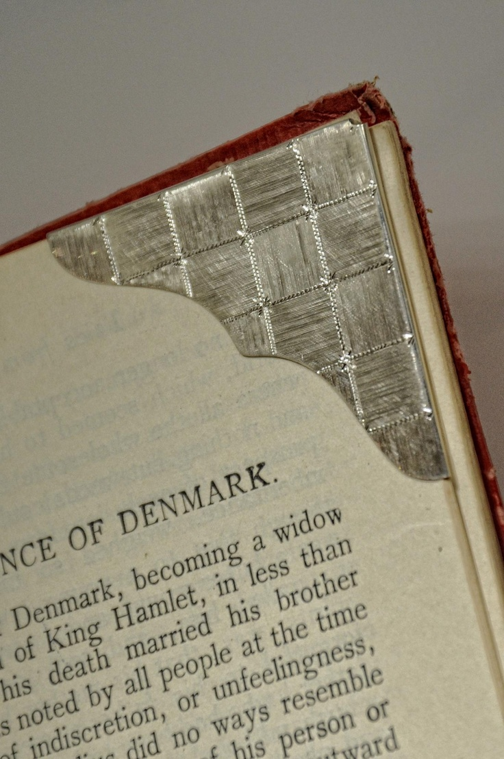 Per gli amanti dei libri cartacei: ferma/segna libro realizzato in Argento 925 e inciso a mano. NAA-Studio, Firenze