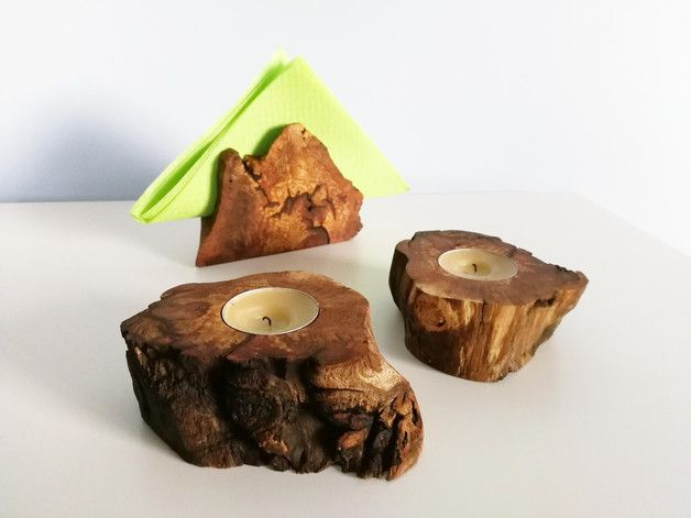 Zestaw 2 świeczników oraz serwetnika → całość wykonana z drewna 100% naturalne. Wielkość serwetnika 9cmx12cm, szczelina na serwetki 1,8cm. Świeczniki na małego tealight'a, wysokość świecznika 4cm.
