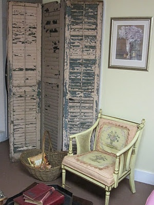 http://repurposedvintagefinds.blogspot.com/2011/11/salvaged-shutters-turned-screen.html: Decor Furniture, Old Shutters, Privacy Screens, Creative Ideas, Diy Furniture, Diy Dresses Screens, Dresses Screens Diy, Salvaged Shutters, House Decor
