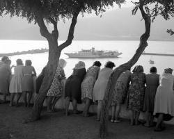 Περιμένοντας το πλοίο στη Σκόπελο, 1965 Φωτογράφος Τάκης Τλούπας http://takis.tloupas.gr