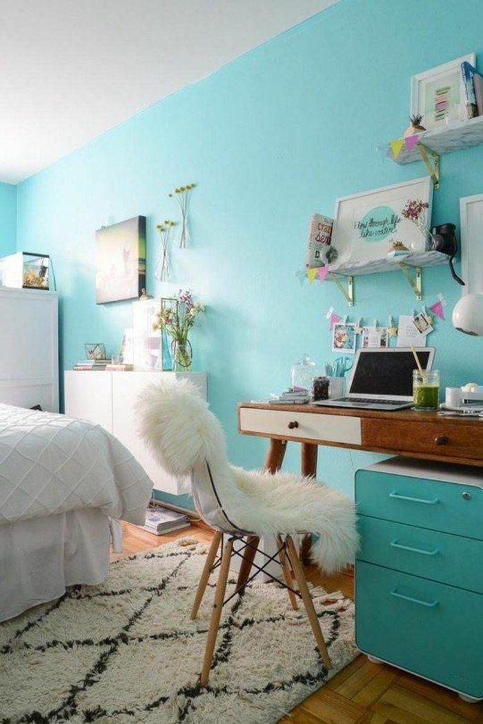 une chambre ado fille au style vintage, un tapis berbère, murs couleur vert menthe à l'eau
