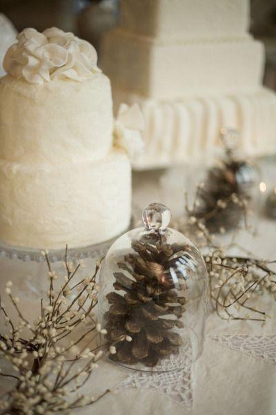 Une pomme de pin sous cloche, la chouette idée d'une mariage en hiver