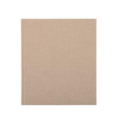 """Linnetrådsbunden skrivbok med omslag av högkvalitativ bokbinderiväv. Finns i ett stort antal färger i olika vävtyper. Inlaga med 96 blad, FSC-certifierat, vitt svensktillverkat 100 gramspapper. Har märkband och matchande spegelpapper. Yttermått: 215 x 247 x 17 mm Bladmått: 210 x 240 mm Beställ en egen prägling! Vi präglar din egen text på framsidan av produkten. Stick ut på mötet, gör en snygg gästbok eller skriv ett peppande citat! Klicka bara på den gröna """"Prägling"""" knappen för a..."""