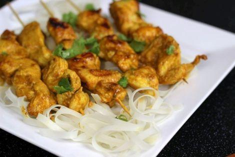 Kurczak Satay - typowy Tajski przepis na przepysznego kurczaka w orzechowej marynacie z odrobiną pasty curry i innych aromatycznych składników, palce lizać!