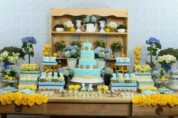Mesa de doces e bolo cupcakes chá de bebê decoração flores verde e amarelo (Decoração: Happy Happenings | Foto: Kit Gaion)