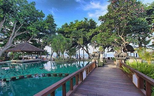 OopsnewsHotels - Besakih Beach Resort Bali. Situated in Sanur, Besakih Beach Resort Bali offers luxury 3-star accommodation, as well as an outdoor pool and a private beach. It is located a short walk from Sanur Beach.   This modern resort offers 24-hour room service, a 24-hour reception and valet parking. Airport transfers, a dry cleaning service and a laundry service are available upon enquiry.