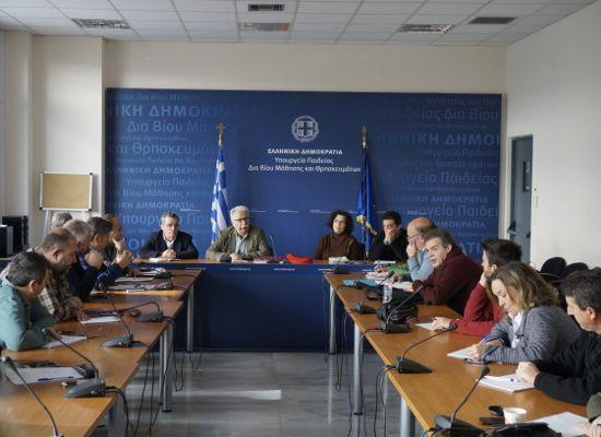 01-12-16 Τι είπε ο υπουργός στη συνάντηση με ΟΛΜΕ και ΔΟΕ   01-12-16 Τι είπε ο υπουργός στη συνάντηση με ΟΛΜΕ και ΔΟΕΠραγματοποιήθηκε σήμερα στο υπουργείο η πρώτη συνάντηση του υπουργού Παιδείας Έρευνας και Θρησκευμάτων Κώστα Γαβρόγλου με τα ΔΣ της ΔΟΕ και της ΟΛΜΕ.Στη συνάντηση που έγινε σε καλό κλίμα και είχε κυρίως εθιμοτυπικό χαρακτήρα ο υπουργός ζήτησε από τα στελέχη των ομοσπονδιών να ξεκινήσει ένας εξαντλητικός διάλογος με θεματικές συναντήσεις για κάθε ένα από τα ζητήματα που…