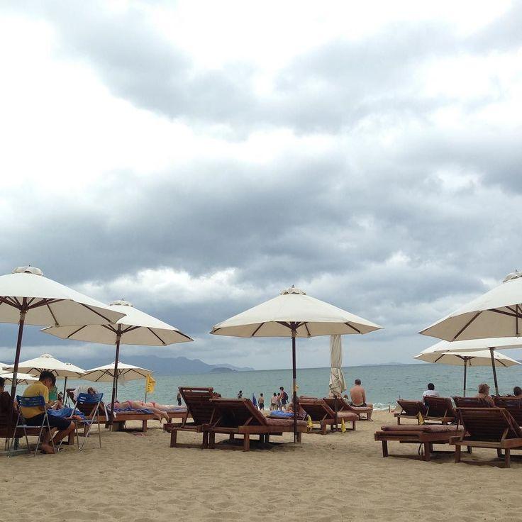 ニャチャンベトナムの有名ビーチリゾートニャチャンはヨーロッパの観光客特にロシア人が多いです  というのもロシアからの投資をかなり受けているからとのこと  ラオスの観光地もそんな風がありますが  ここニャチャンもアジアベトナムにいながらビーチで出会う人たちはヨーロッパ人ばかり...  特に年配の方々が多い所をみると  定年退職後の旅行先にここを選んでいるケースが多い気がしました  今は傾向が変わりつつありますが日本人の定年退職後にマレーシアに移住する旅行するという話を以前よく聞きましたがそれと同じ流れなのでしょうか  ただそんなに特別な綺麗なビーチという印象はなかったです  #taiwa #cocoacana #vietnam #nhatrang #ベトナム #ニャチャン #ビーチ #人気 #有名 #旅行 #観光 #写真 #海外 #海外生活 #海外旅行 #バックパッカー #旅行大好き#旅人 #海外暮らし #自分磨き #地球の歩き方 #町並み #コラム #ここあかななわ