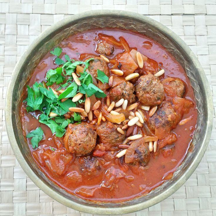 Dawod basha är en mustig Libanesisk gryta.  köttbullar❤❤❤❤❤❤❤❤ (kafta) som får puttra i en tomatsås med lökstrimlor och pinjénötter. Kan serveras med ris, bulgur, bröd eller potatis. Mycket god gryta och smakrik rätt.