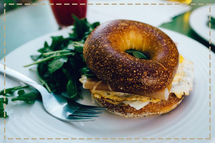 Jedz śniadanie do godziny po przebudzeniu. To ważne nie tylko w kontekście Twojej szczupłej sylwetki, ale i odporności. Regularne odżywianie i zbilansowana dieta to silniejszy układ odpornościowy.