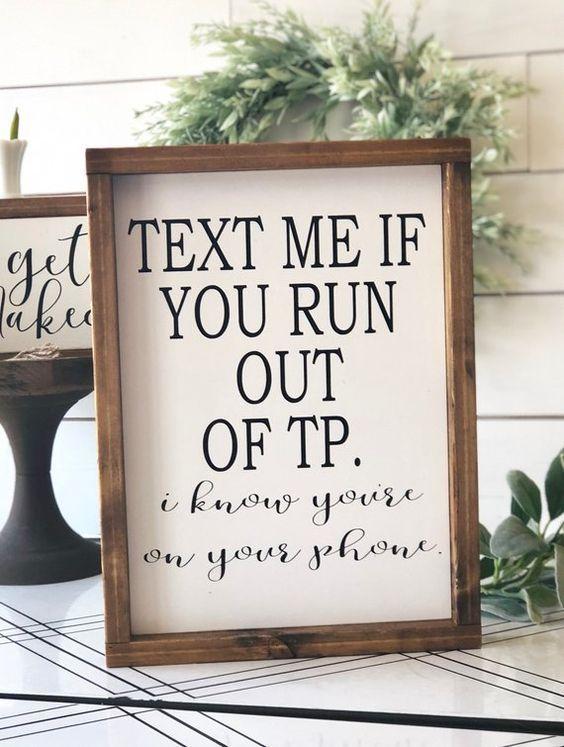 Envíame un mensaje de texto si tienes el divertido letrero del baño enmarcado con TP … baños