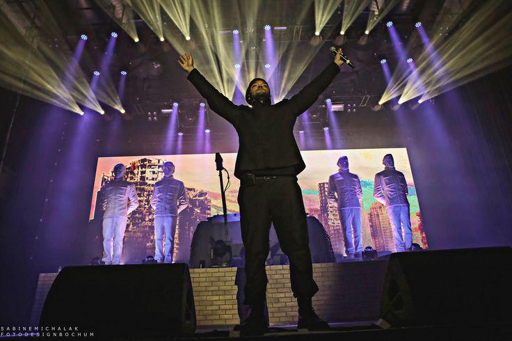 K.I.Z, das sind die Rapper Tarek, Maxim, Nico und DJ Craft. Seit 15 Jahren besteht die Berliner Hip-Hop Formation, die sich vor allem durch provokante Texte, Parodien gegenüber anderen Rappern, viel schwarzen Humor, Ironie, überspitzte Klischee-Spielereien und Zynismus und vor allem durch zahlreiche selbstironische Bezeichnungen und Darstellungen einen Namen gemacht hat. Auf satirische und oft …