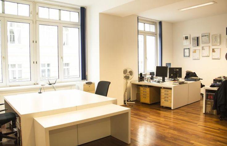 Büroraum in KreativOfficeGemeinschagt  Dunkler Boden, helle Wände