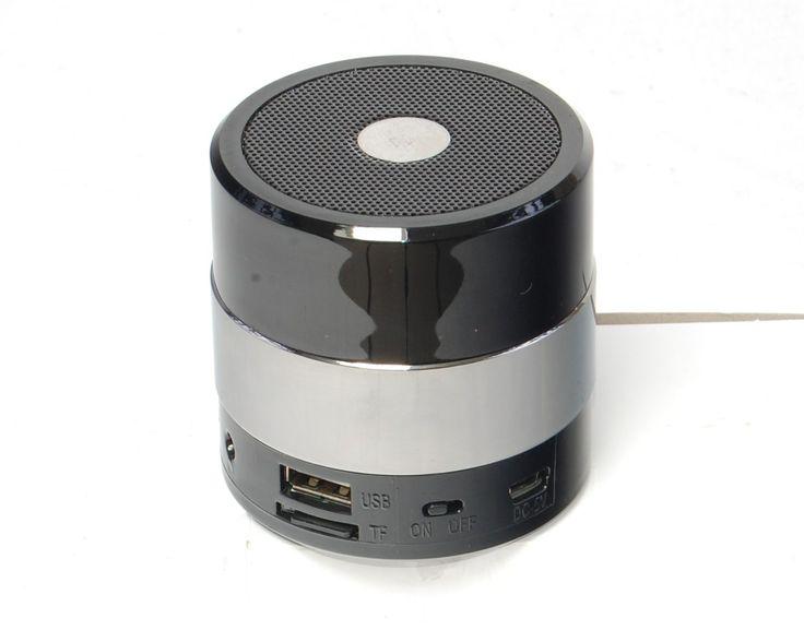 Deze draadloze luidspreker levert een mooi helder geluid. Muziek kan worden afgespeeld via SD kaart, usb input, bluetooth of via een audio kabel naar uw telefoon,  iPhone,  iPod,  iPad,  of laptop. Ideaal voor op vakantie!