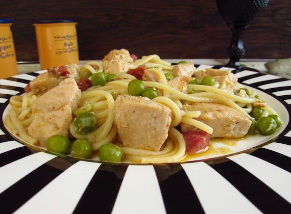 Stewed chicken with pasta | Food From Portugal. This stewed chicken recipe with pasta is a delight. It's a healthy dish, easy to prepare and light for a Summer dinner with friends.  http://www.foodfromportugal.com/recipe/stewed-chicken-pasta/