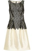 Impecable vestido rosa y negro. No pasa de moda el estilo y es un look moderno. Lela Rose|Wool-blend sateen and lace dress|NET-A-PORTER.COM