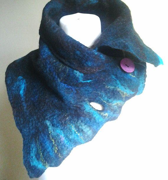 Cest un fait à la facturation de la commande.  Une superbe et unique fait main laine écharpe feutrée.  Une écharpe feutrée OOAK bleu, jai utilisé des fibres de laine mérinos et britannique pour créer cette écharpe.  Cette écharpe en laine mérinos vient dans la couleur de bleu, essence bleu et marron et vert  Son embellie avec des boutons, donc vous pouvez porter le foulard dans votre style souhaité.  Ses une écharpe dhiver parfaite qui vous gardera toastie et chaud.  Cest un fait, au point…