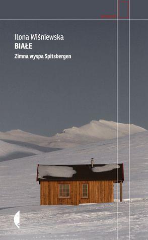 Spitsbergen to największa wyspa norweskiego archipelagu Svalbard w  Arktyce i najbardziej na północ wysunięte siedlisko ludzkie na świecie.  Mieszkają tu obywatele prawie pięćdziesięciu krajów, którzy przyjechali  żyć i pracować w ciągłym zimnie, śniegu, ciemnościach nocy polarnej albo  wiecznym słońcu dnia polarnego. Jedną z takich osób jest Polka – Ilona  Wiśniewska, która z pasją odkrywcy i znajomością realiów pełnokrwistego  mieszkańca opowiada historię niezwykłych miejsc Spitsbergenu…