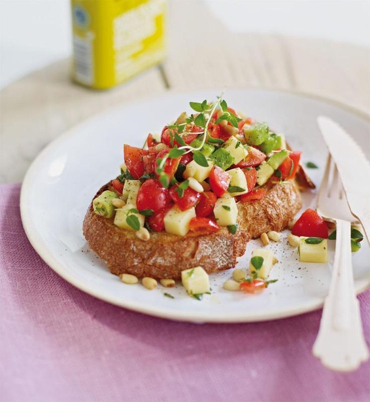 En deilig brødskive med terninger av smakfull Norvegia, avokado og tomater. Server som en forrett eller inngå blant flere tapas retter.
