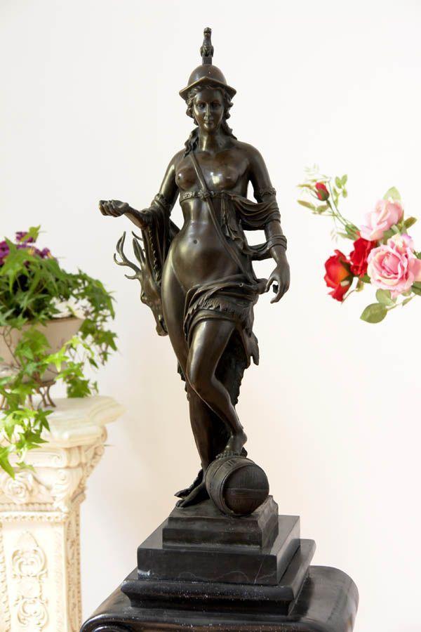 Diana, patronka lasów, zwierząt i łowów - imponująca figura na marmurowej podstawie. #statue #bronze #diana #goddess
