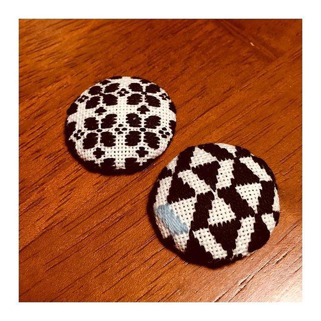 冬に合う包みボタンブローチを作ろうと新しい柄に挑戦。黒一色はやっぱり少し寂しいかな…。 #こぎん刺し #こぎん #刺し子 #地刺し #刺繍 #手芸 #ハンドメイド #ハンドメイド雑貨 #手作り #手作り雑貨 #くるみボタン #針仕事 #handmade #embroidery #needlework #奈良 #生駒