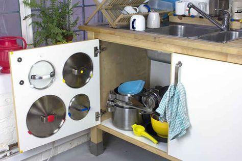 Usa Sugru (un pegamento moldeable) para colgar las tapas de las ollas en el interior de los cajones.