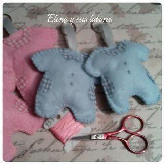 Llaveros de fieltro con forma de bodie de bebé, diferentes colores, con aplicaciones de tela de vichy a juego. Realizado por http://elenaysuslabores.blogspot.com.es/