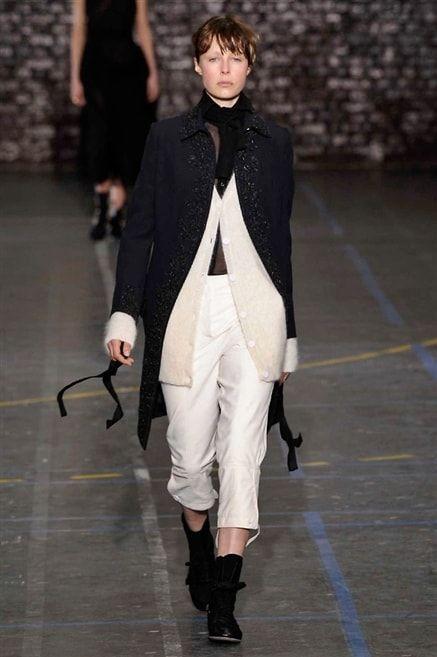 John Galliano - Automne-Hiver 2016-2017 Pantalon blanc manteau noir look cavalier