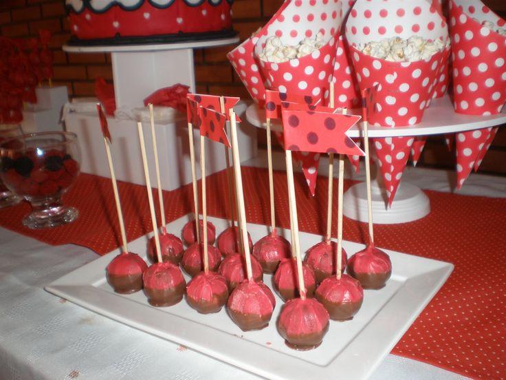 Cake pops con banderines  Cumpeaños Minnie Mouse by Dulcinea de la fuente www.facebook.com/dulcinea.delafuente.5  https://www.facebook.com/media/set/?set=a.117305701748719.33441.100004078680330&type=1&l=b380a10ba8  #fiesta #golosinas  #cumpleaños #mesadulce #festejo #fuentedechocolate #agasajo#mesa dulce #candybar #sweet table  #tamatización #souvenir #minnie