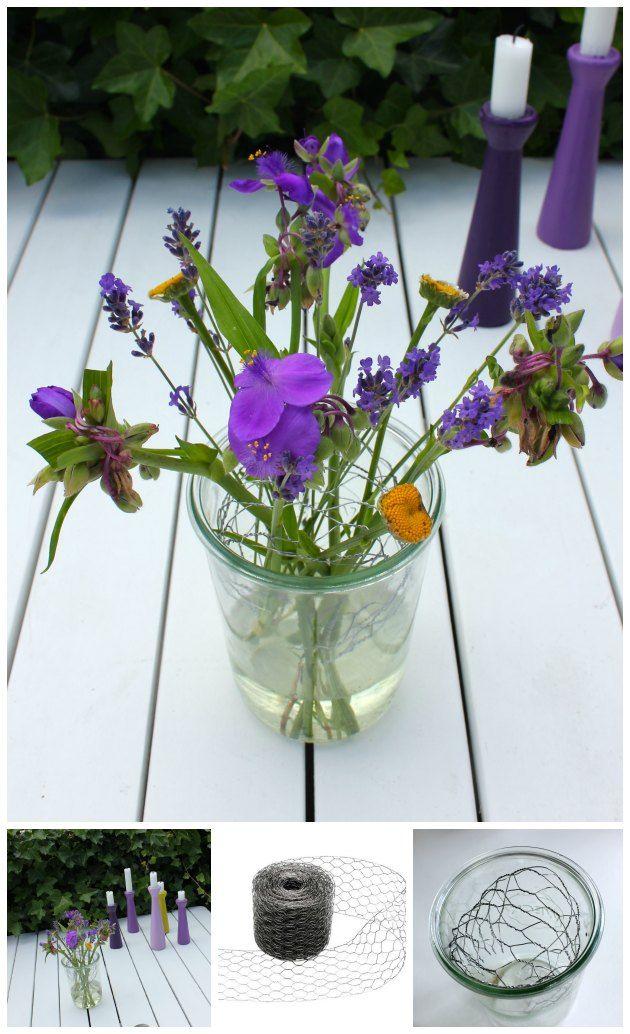 kyllingenet / hønsetråd i vasen så blomsterne lettere kan stå pænt. Idé fra Tina Dalbøges kreative blog - kyllingenet og lysestager fra Kreahobshop.dk