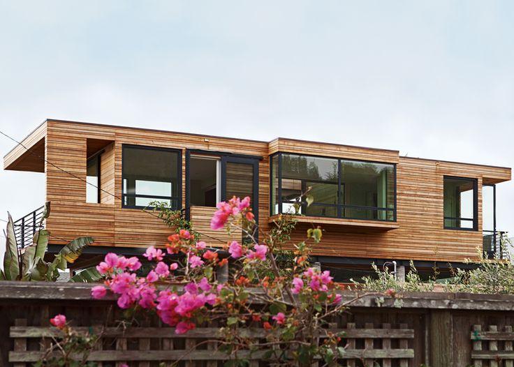 Дом утопает в зелени.  (пляжный,индустриальный,лофт,винтаж,стиль лофт,индустриальный стиль,современный,архитектура,дизайн,экстерьер,интерьер,дизайн интерьера,мебель,фасад) .