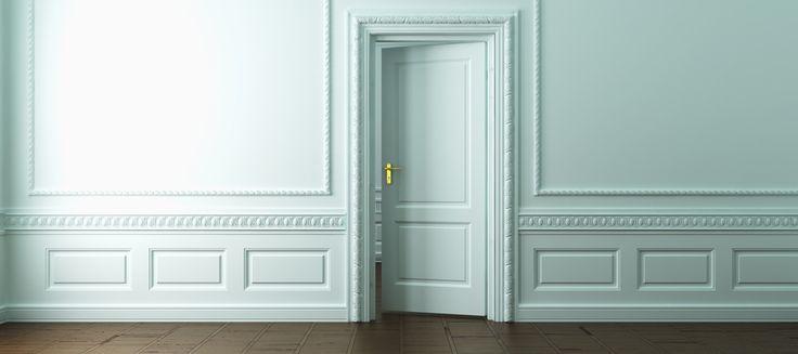 une porte est entrouverte dans une superbe salle peinte en blanc d 39 un immeuble ancien avec. Black Bedroom Furniture Sets. Home Design Ideas