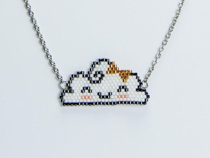 Sautoir nuage kawaii tissé en perles Miyuki de couleur blanches, noires, dorées et roses, monté sur une chaîne. Par Naïas.