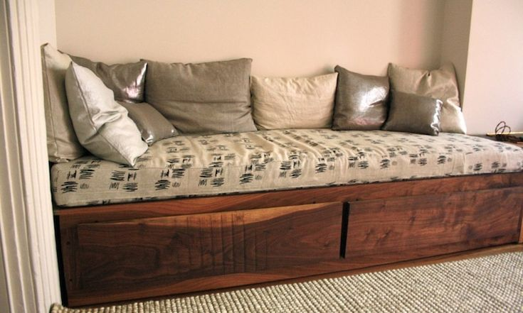 This would be perfect in the office as an extra bed for guests.. Now to find one for cheap!