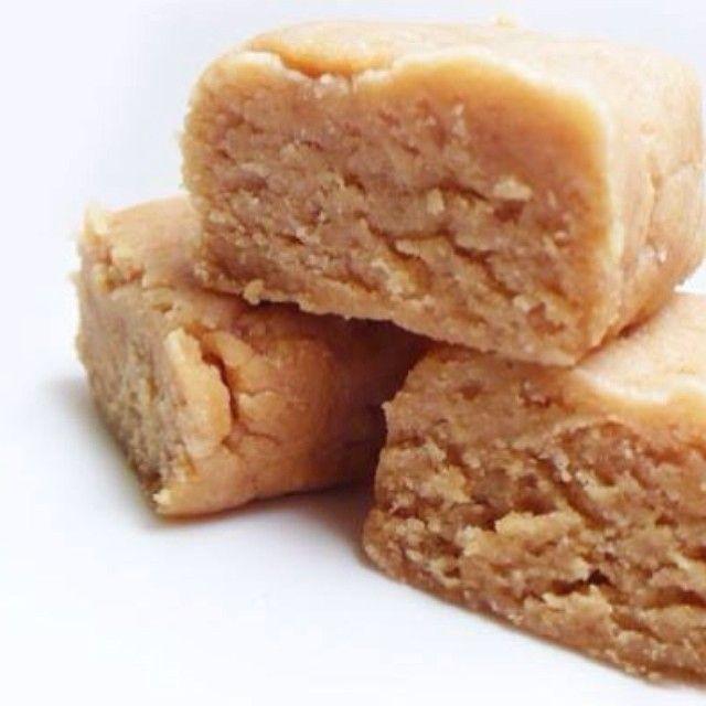 Skvelé domáce proteinové tyčinky Ingrediencie:  1/2 šálky (60 g) proteínový prášok+ banánová prúchuť v prášku od nu3tion.com 1/4 šálky (45 g) kokosovej múky 1/4 šálky (92 g) hladké arašidové maslo 1/2 šálky (64 g) sójová bielkovina (vanilka) 3/4 šálky (169 ml) kokosové alebo mandľové mlieko 2 lyžice (45 g) medu  Príprava:  Vymiešajte všetky prísady spolu, kým sa nevytvorí mäkké cesto. Natlačte rovnomerne cesto do malej panvice - plechu a nechajte v chladničke niekoľko hodín alebo v…