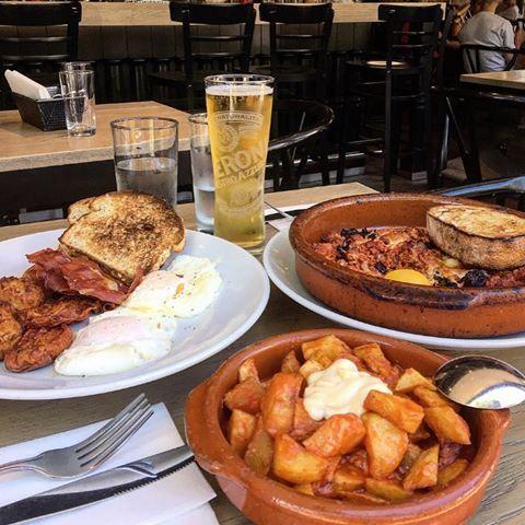 Brunch de fin de semaine 🔥  Chili de pollo y cerdo, patatas bravas fritas, huveos, croquetas y serrano + @Peroni_ca au @restomeson 😋🍺 #PeroniQC #Peroni #MaisonPeroni #Depuis1960 #Commandité