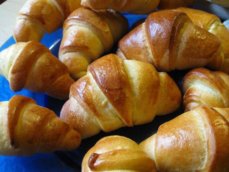 Croissant di pan brioche con pasta madre, ricetta per soffici cornetti farciti con cioccolato o marmellata. Morbidi dolci a lenta lievitazione naturale